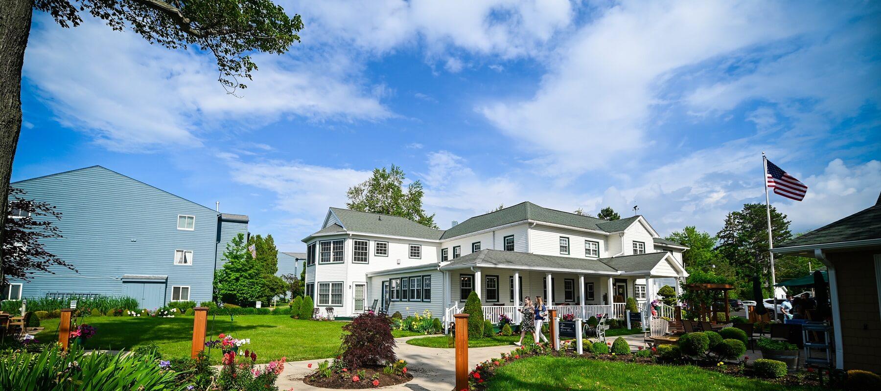 Lakehouse Inn Front View